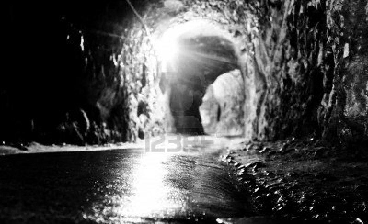 un-tunnel-buio-in-bianco-e-nero